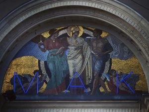 Mad for MAK in vienna_city🏛🚶♀️🚶♂️🚶#mak #museumfürangewandtekunst #artinvienna #blueletter #3 #modernmuseum #vienna_city #goldengrace #3sisters #entertaintment #overhead #entrance #goldenplate...