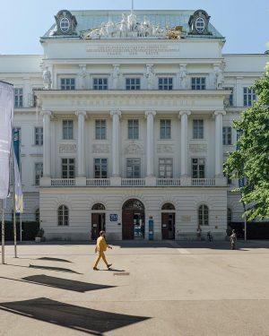 Das altehrwürdige Hauptgebäude der TU Wien ist der unerschütterliche Ruhepol am quirligen Karlsplatz. Wie der zehn Meter...