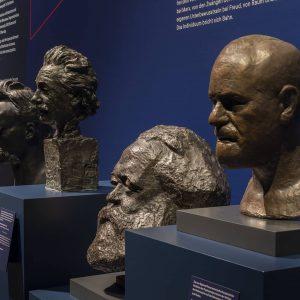 """Sigmund Freud wird als einer der """"neuen Götter"""" (neben Nietzsche, Marx und Einstein) in der Ausstellung """"Götterdämmerung..."""