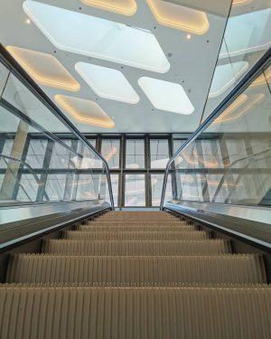 Destination Unknown 👽 . #theiconvienna #spaceship #raumschiff #hauptbahnhofwien #wien #vienna #architektur #archilovers #architecture_hunter #design #escalator #rolltreppe #symmetryhunters...