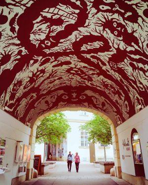 #MQwien #Museumsquartier #Barriodelosmuseos #kulturvermittlung #culturenonstop #viennafestivals #passage #wallpaper #wallillustration #ceilings #streetart #viennacity #bohowien #kunstinwien #festwochen #kunsthalle #impulstanz...