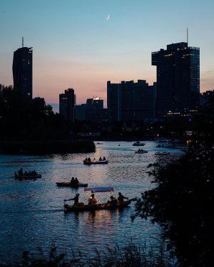 Morgen hätte wieder das alljährliche Lichterfest auf der Alten Donau stattgefunden!✨ Mit wem ...