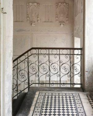 Musterhaus #wien#vienna#penzing #treppenhausfreitag #staircasefriday#stadtwien #staircase#stiegenhaus #jugendstil#artnouveau #fliesenliebe#tilelove #patternlove#pattern #archilovers#architektur #igersvienna#igersaustria #igersviennaclassics #unterwegsinwien #blackandwhite#stucco ...