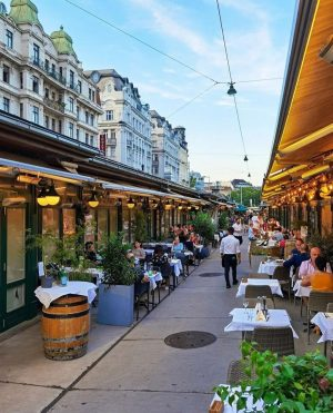 Culinary highlights at the famous Naschmarkt in Vienna 🍹🌯🌮 With whom do you want to eat here?...