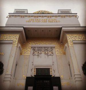 Złote a skromne 😁 @viennasecession @vienna_austria #art #sztuka #artmuseum #artgallery #muzeum #muzeumsztuki #museum #artlovers #exhibition #secesja #jugendstil...