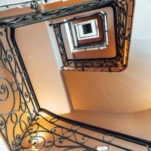 Elegant Curves 🐌 . . . #wienerstiegenhäuser #staircasedesign #vienna #viennasmostcentral #mitteninwien #boutiquehotel #hotelamstephansplatz #stairs #stiege #treppe #interiordesign...