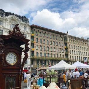 The Saturday morning flea market at the Naschmarkt and my favourite Otto Wagner houses in Vienna. Flohmarkt...