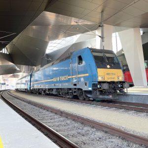 Br185.2 im Wiener Hauptbahnhof der MÁV fährt als Leermatrial Zug weiter in Richtung ...