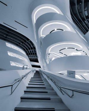 So menschenleer wie auf dem Foto von 📸📸📸 @omar.k.eg 📸📸📸 wird man die Treppe im LC im...