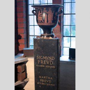 """Heute vor 82 Jahren verstarb Sigmund Freud in London. In seinem Gedenken präsentieren wir die Installation """"Trauer..."""