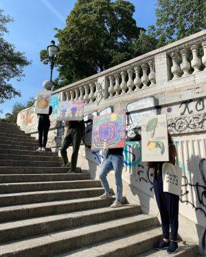 WALKING GALLERY 🖼 Hundertwasser präsentierte seine Werke in den 1960er Jahren bei Spaziergängen in Wien und Tokio....