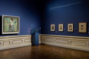 Welche Quellen der Inspiration beeinflussten Gustav Klimts Gemälde 'Dame mit Fächer'? Gustav Klimt ...