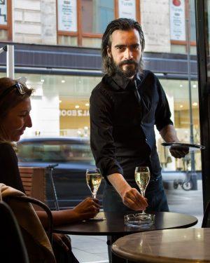 Was reimt sich auf Donnerstag? Prosecco! 😉 . . #cafedanielmoser #cafevienna #1010wien #kaffeeinvienna ...